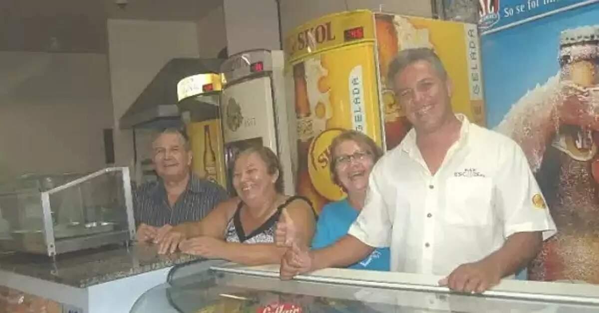 Seu Serafin, na extrema esquerda, ao lado da esposa (Foto: Arquivo/Campo Grande News)