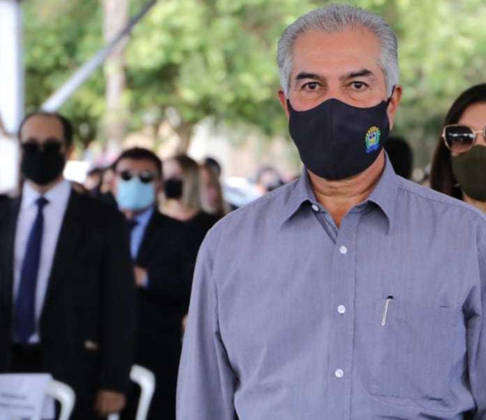 O governador Reinaldo Azambuja durante entrega de viaturas nesta segunda-feira à tarde. (Foto: Kísie Ainoã)