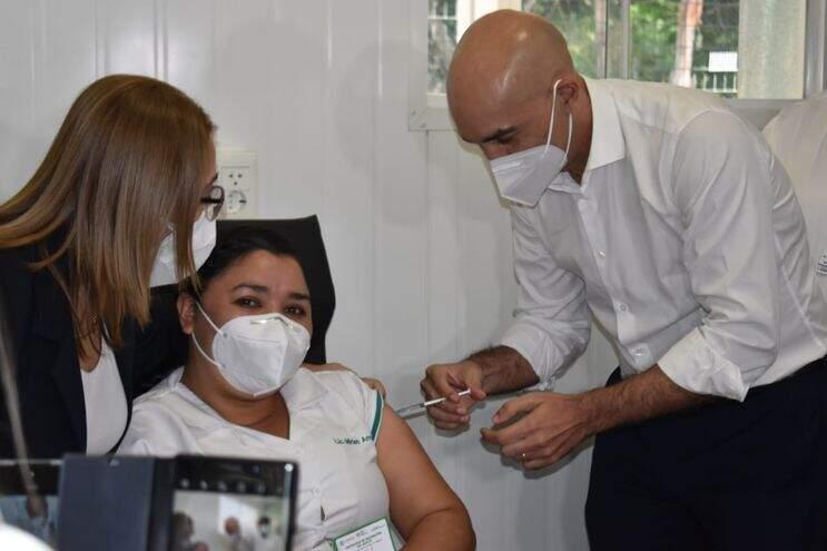 Enfermeira Myriam Arruá é vacinada pelo ministro da Saúde do Paraguai (Foto: ABC Color)