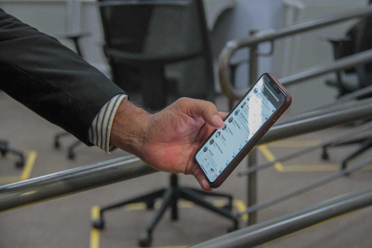 Vereador mostra celular com centenas de mensagens enviadas por moradores. (Foto: Marcos Maluf)