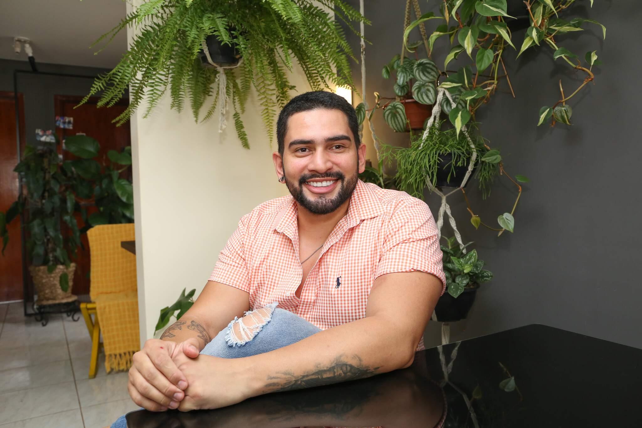 Saulo é cabeleireiro e apaixonado por plantas. (Foto: Kísie Ainoã)
