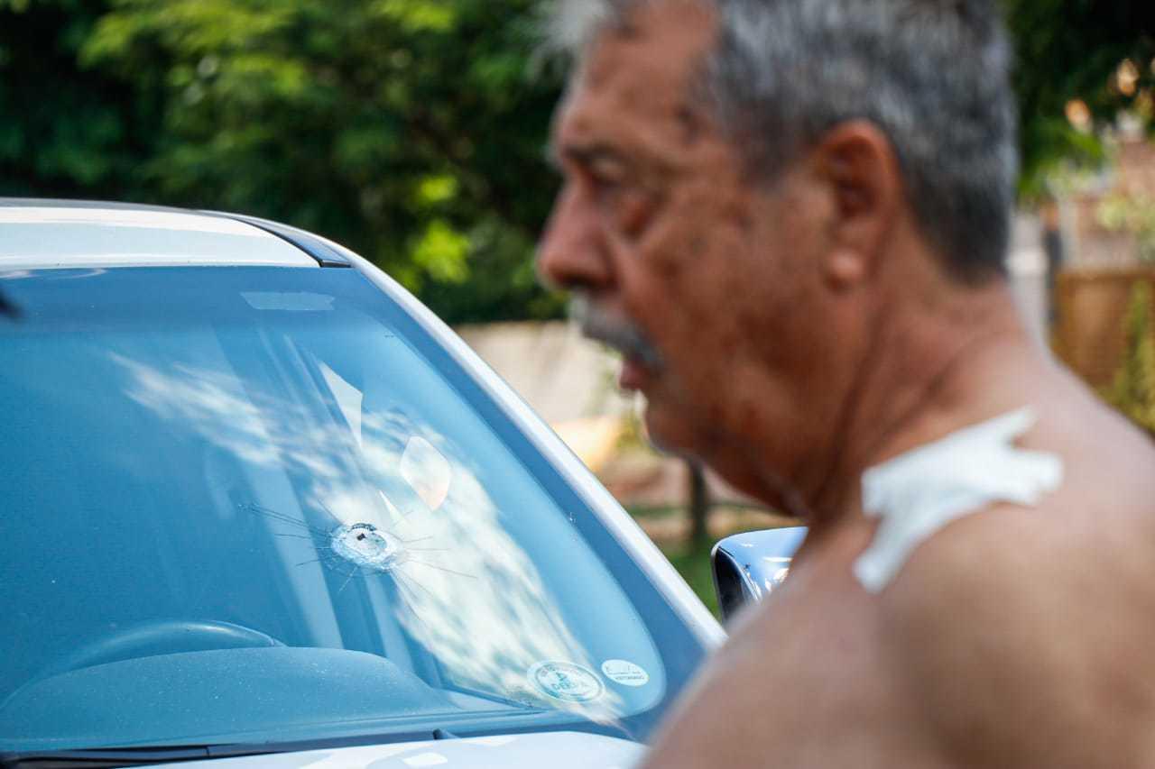 Homem foi baleado de raspão no ombro esquerdo, depois de bala atravessar parabrisa. (Foto: Henrique Kawaminami)