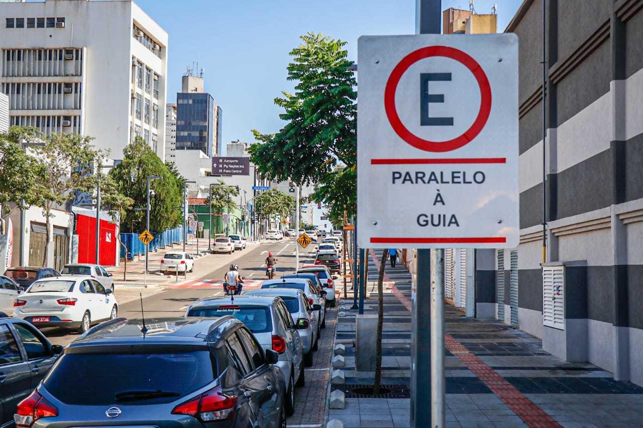 A cobrança de estacionamento rotativo não era feita desde 2019, quando as obras de revitalização da Rua 14 de Julho foram entregues. (Fotos: Henrique Kawaminami)