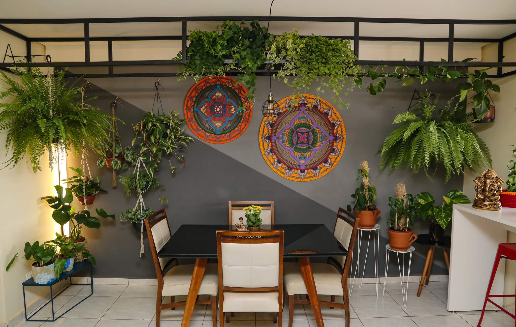 Saulo levou o verde para dentro de casa em harmonia com estilo industrial. (Foto: Kísie Ainoã)