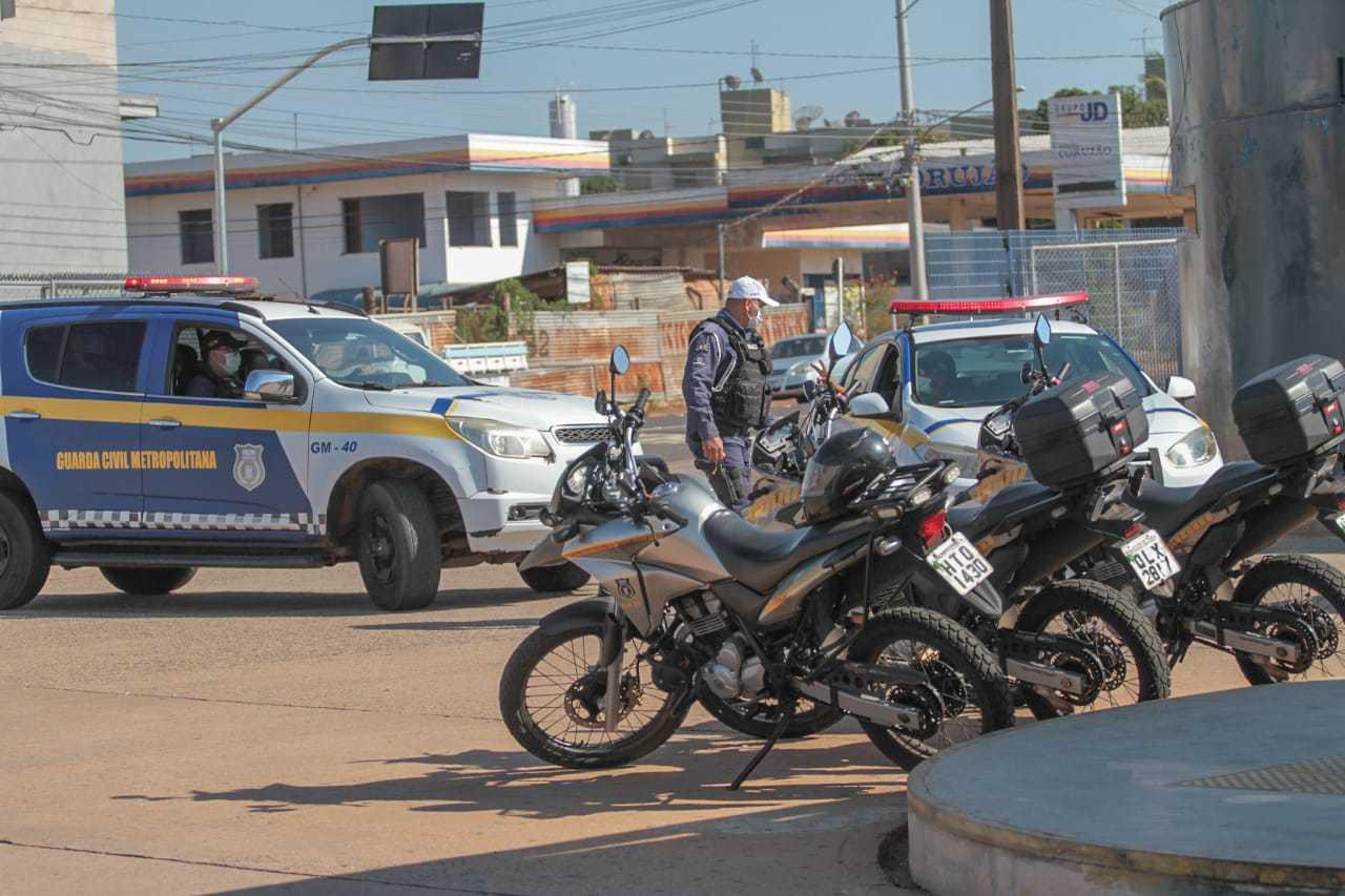 Motos e até viaturas da Guarda Civil Metropolitana estão dentro do Terminal Bandeirantes. (Foto: Marcos Maluf)