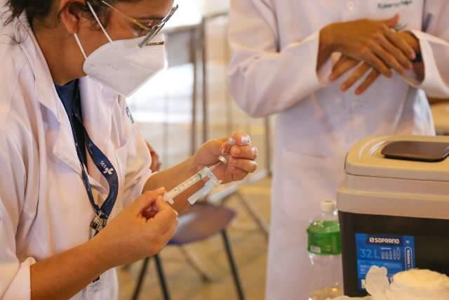 """Prefeitura está na fase de """"sondagem"""" sobre compra de vacina, diz secretário"""