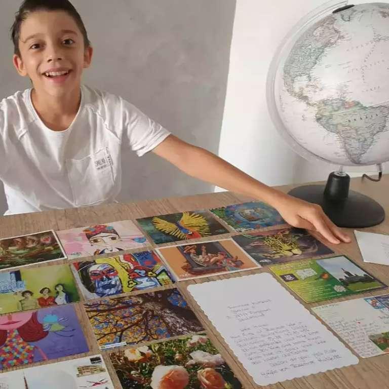 Ao invés de viajar, família investe nos cartões postais do mundo todo