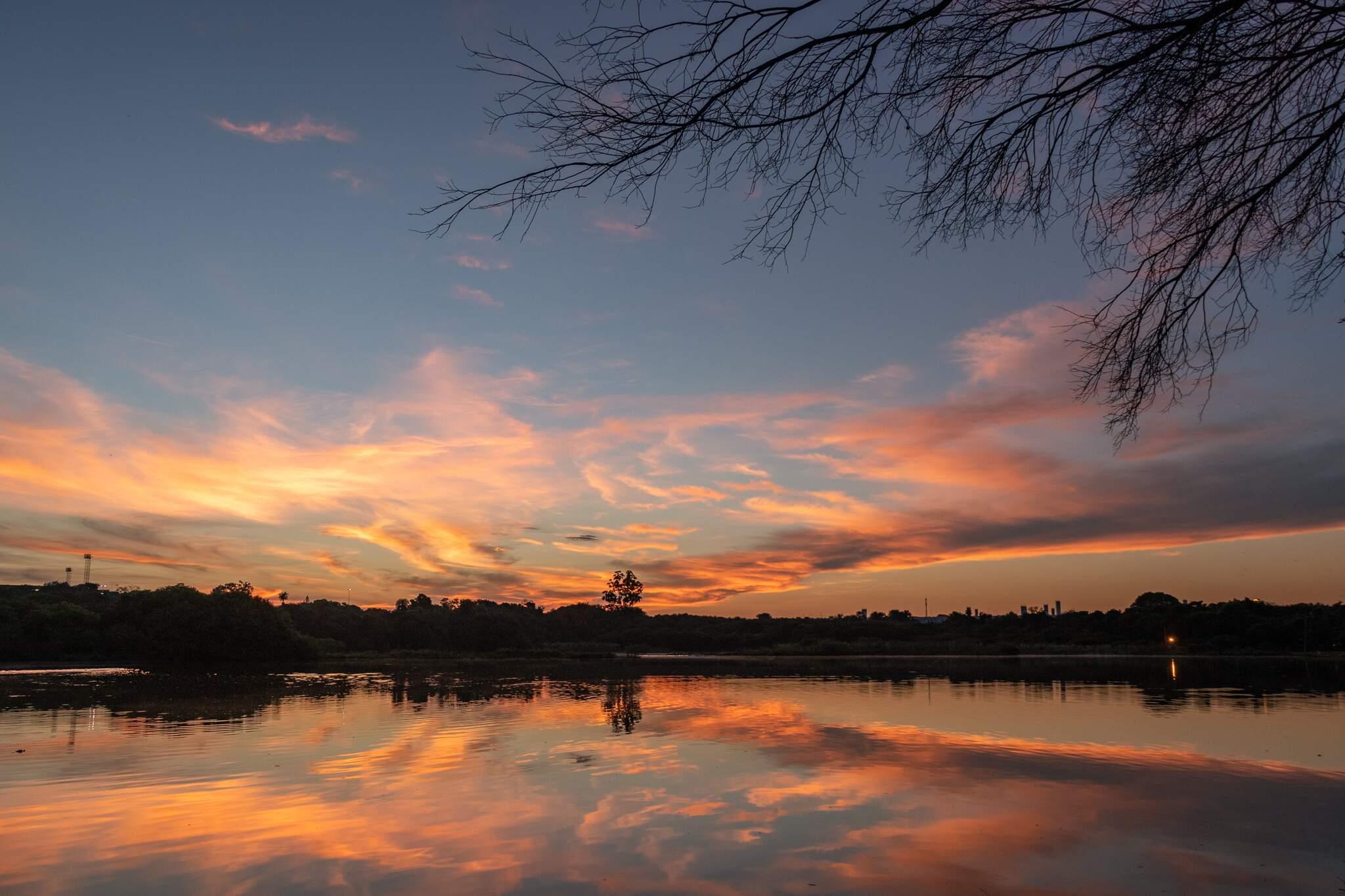Amanhecer no Lago do Amor, nesta sexta-feira, em Campo Grande (Foto: Henrique Kawaminami)