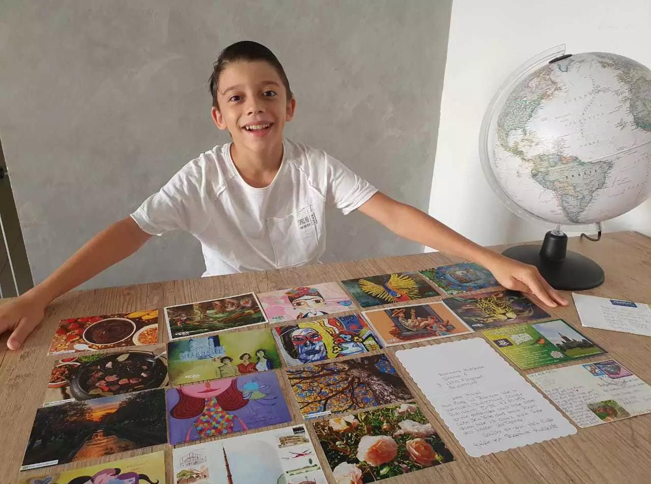 Pedro, o menino mais novo de 9 anos, em frente às cartinhas (Foto: Arquivo Pessoal)