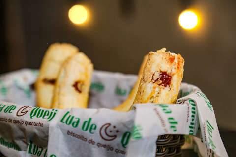 Louco por chipa, Israel abre café onde a receita reina até com mel