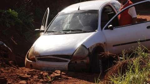 Idoso perde controle da direção e cai com carro em barranco
