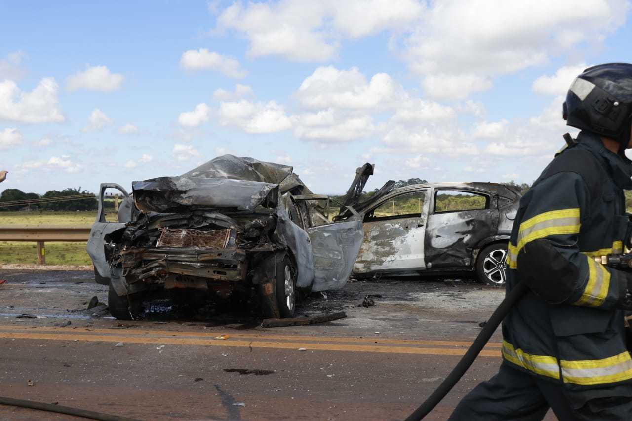 Carros foram incendiados na BR-163. (Foto: Henrique Kawaminami)