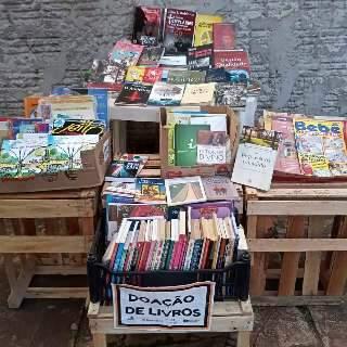 """Sonho de biblioteca em casa agora é """"terapia do livro"""" gratuita e na rua"""
