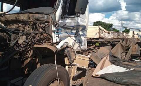 Carregada com MDF, carreta tomba em cima de caminhão na BR-262