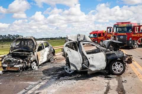 Motoristas e passageiros sobrevivem a acidente com cinco veículos