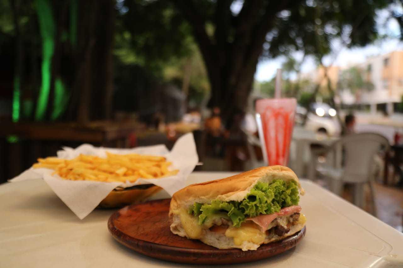 """Aqui, """"x-salada"""" com porção de batata-frita e milkshake de morango (Foto: Kísie Ainoã)"""