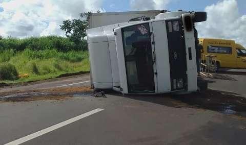 Motorista cochila  e tomba caminhão baú em rodovia