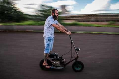 Com peças de moto e carriola, Léo aterroriza com walk machine caseiro