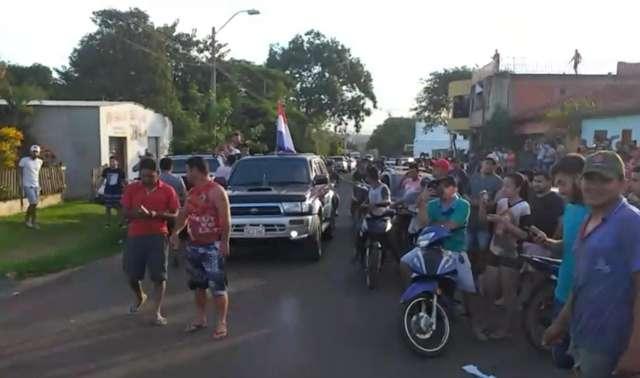 Multidão protesta na casa de mulher que proibiu paraguaios de falar em guarani