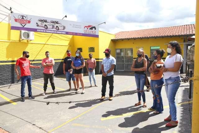No prejuízo, alunos fazem manifestação após autoescola anunciar fechamento