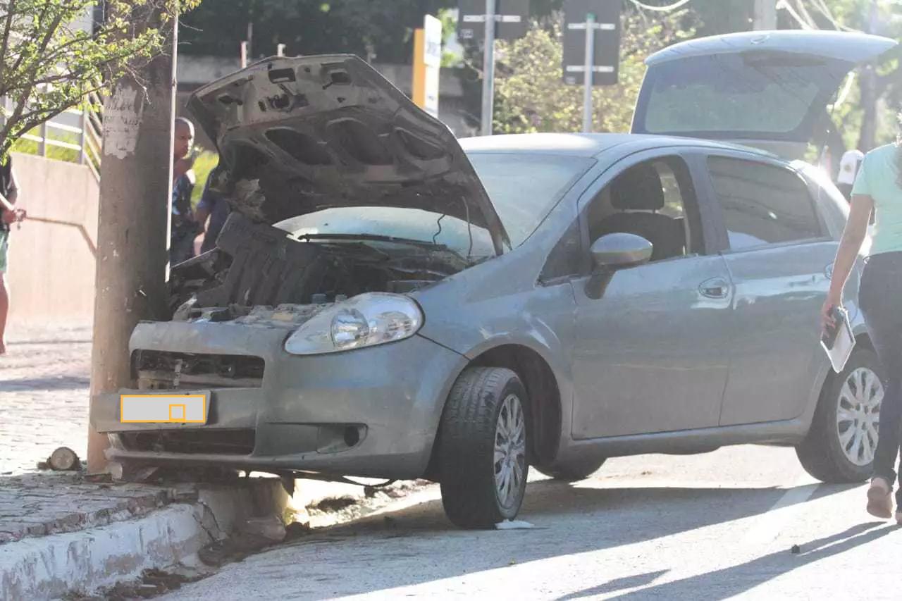 Carro colidido com poste de energia elétrica, na Avenida Afonso Pena; quatro pessoas estavam no veículo; duas foram socorridas (Foto: Marcos Maluf)