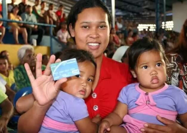 Mãe mostra cartão do Vale Renda, que hoje até famílias em situação de vulnerabilidade. (Foto Arquivo)