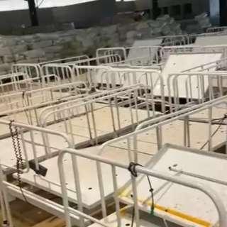Vídeo mostra camas estocadas e SES diz que local serve para guardar itens