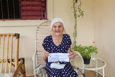 Após tomar 2ª dose da vacina, dona Antônia sonha em ver a casa cheia de netos