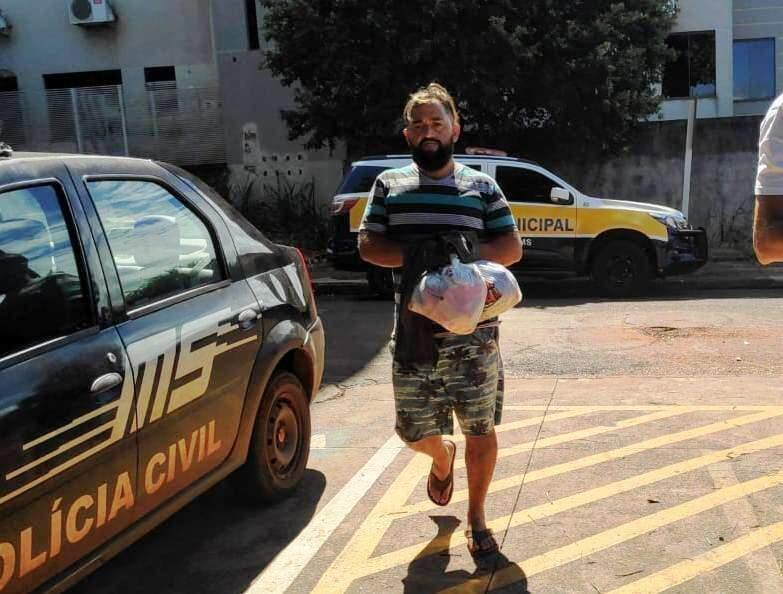 Matheus Ricciardi Sobrinho no momento em que chegava à delegacia (Foto: Adilson Domingos)