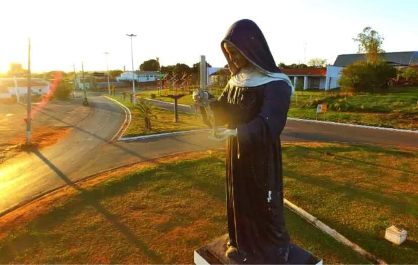 Estátua de figura religiosa na entrada do município de Santa Rita do Pardo (Foto: Reprodução/Perfil News)