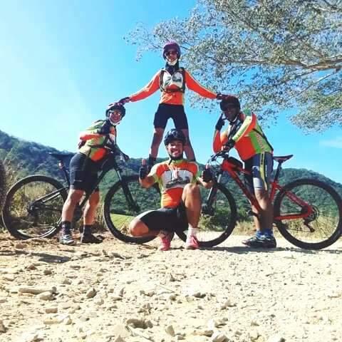 Família de construtores se úne pela bike, se veste igual e adora uma pose