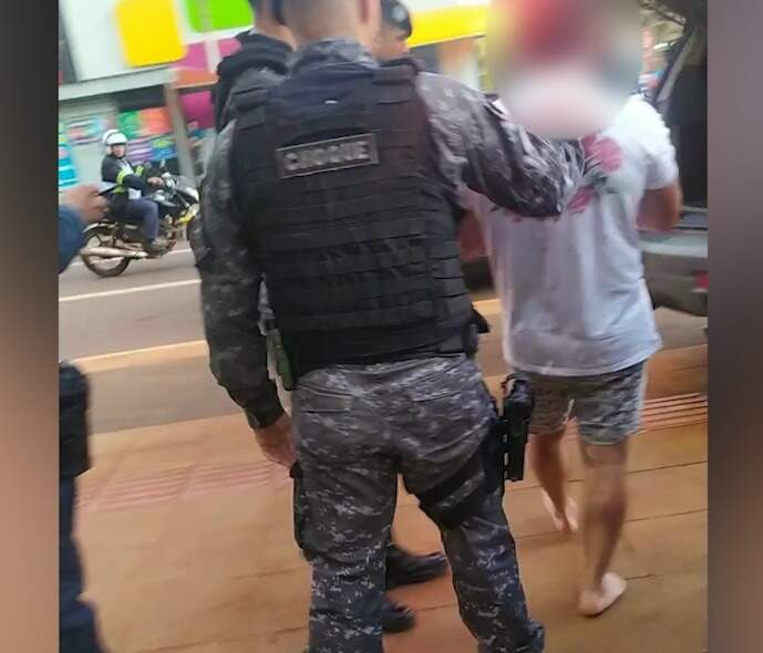 Policial do Batalhão de Choque conduz médico preso por dirigir bêbado. (Foto: Reprodução de vídeo)