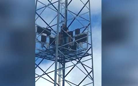 Homem sobe em torre na fronteira e exige falar com presidente dos Estados Unidos