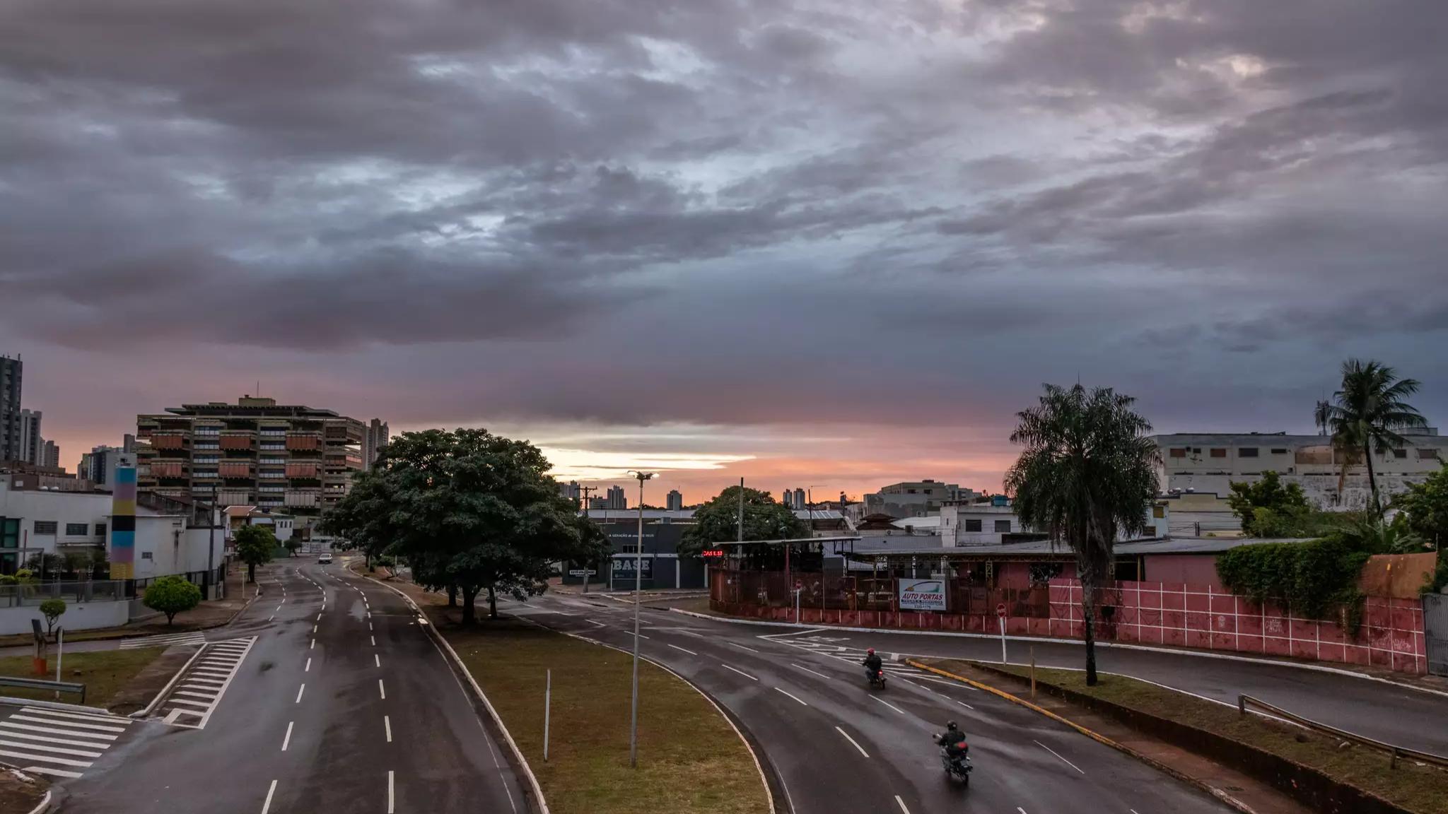 Avenida na Capital amanheceu com asfalto molhado (Foto: Henrique Kawaminami)