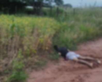 Executada a tiros, homem é encontrado por moradores em estrada