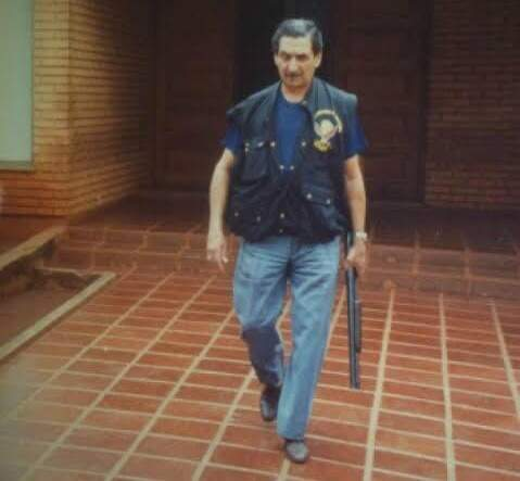Coronel vestido com o colete do DOF, instituição que ajudou a criar. (Foto: DOF)