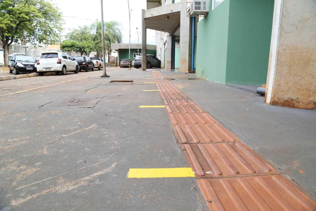 Fitas no chão indicam distância para alunos na entrada da Escola Estadual Hércules Maymone, na Capital (Foto: Kisie Ainoã/Arquivo)
