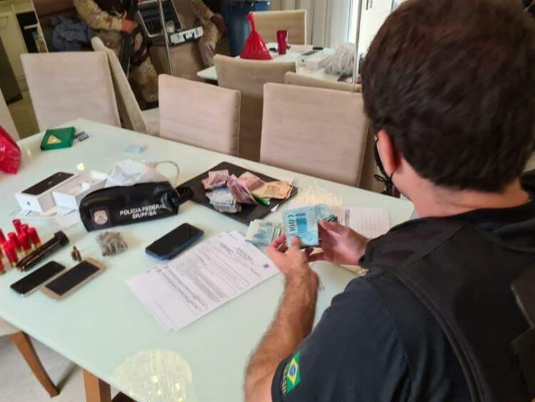 Policiais federais contam dinheiro apreendido na manhã desta quinta-feira durante cumprimento de mandados da Operação Ícaro II (Foto Divulgação)