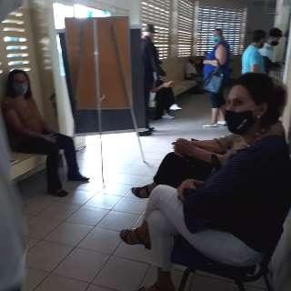 Atraso em começo de vacinação gera fila no posto de saúde do Tiradentes