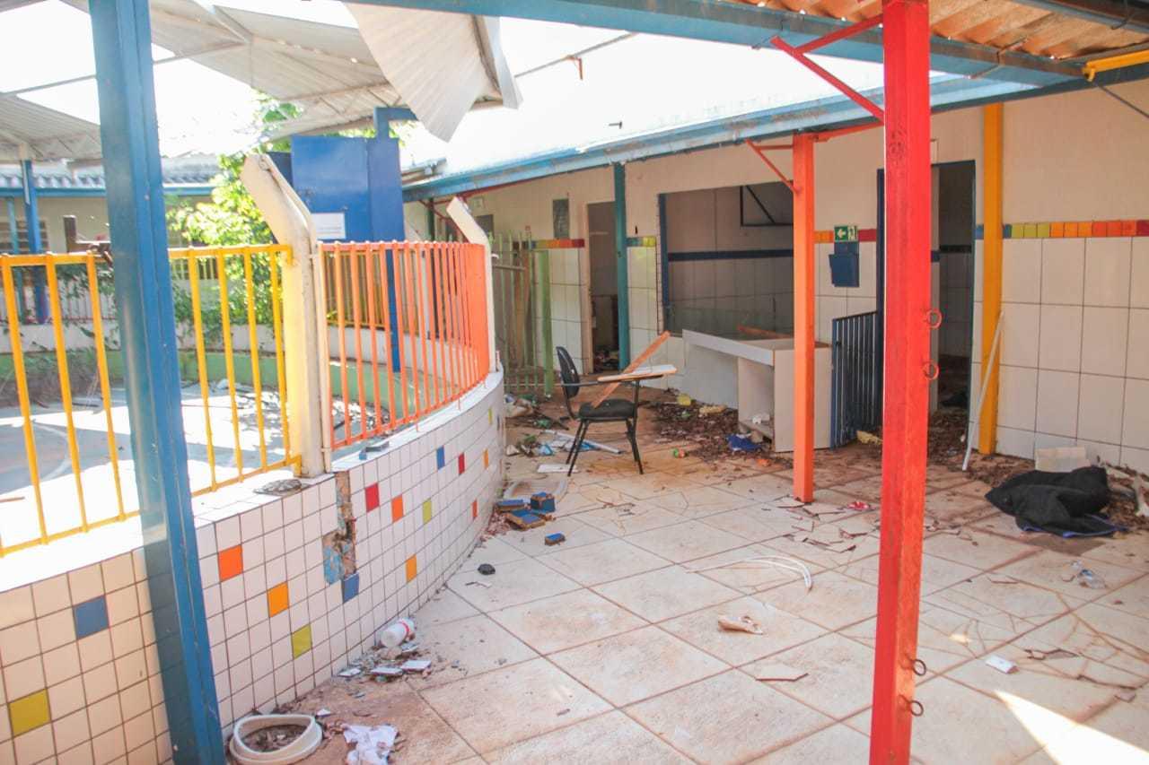 Imóvel onde funcionava creche em Campo Grande está abandonado. (Foto: Marcos Maluf)