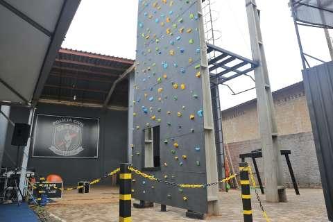 Com torre de 12 metros, policiais ganham centro para treinamento tático