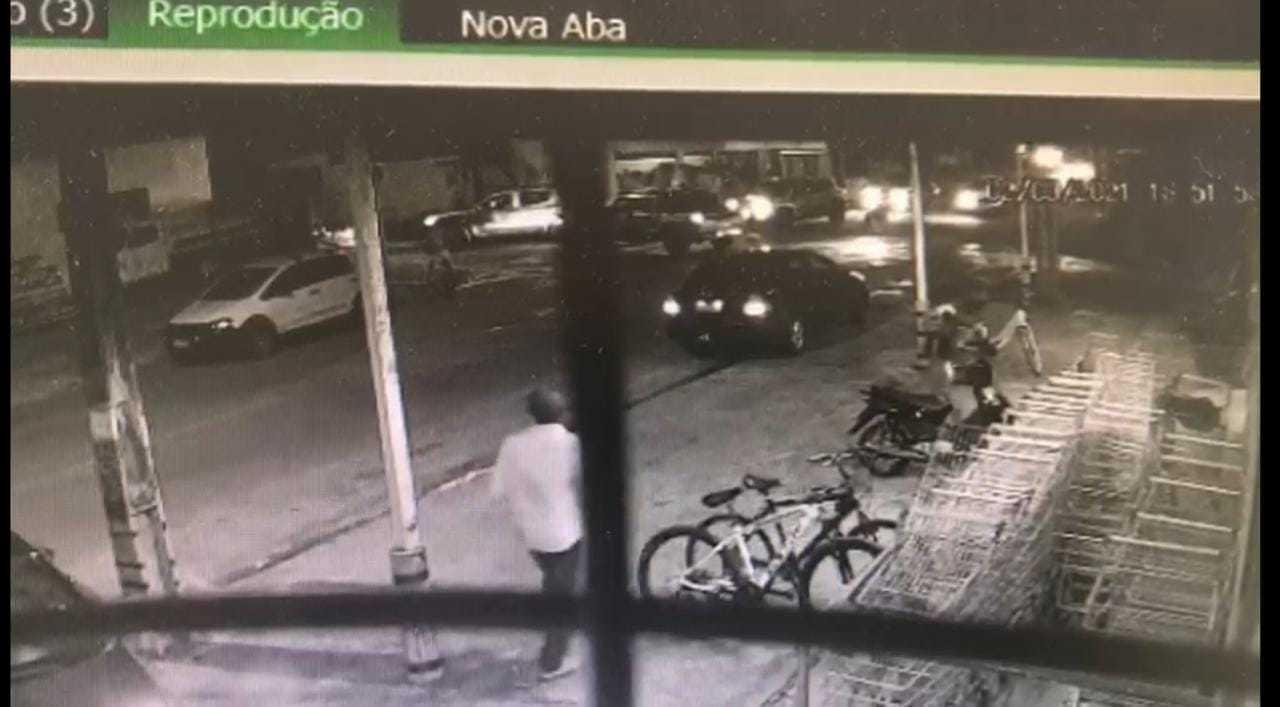 Imagens foram registradas por câmeras de segurança de um comérico local (Reprodução)
