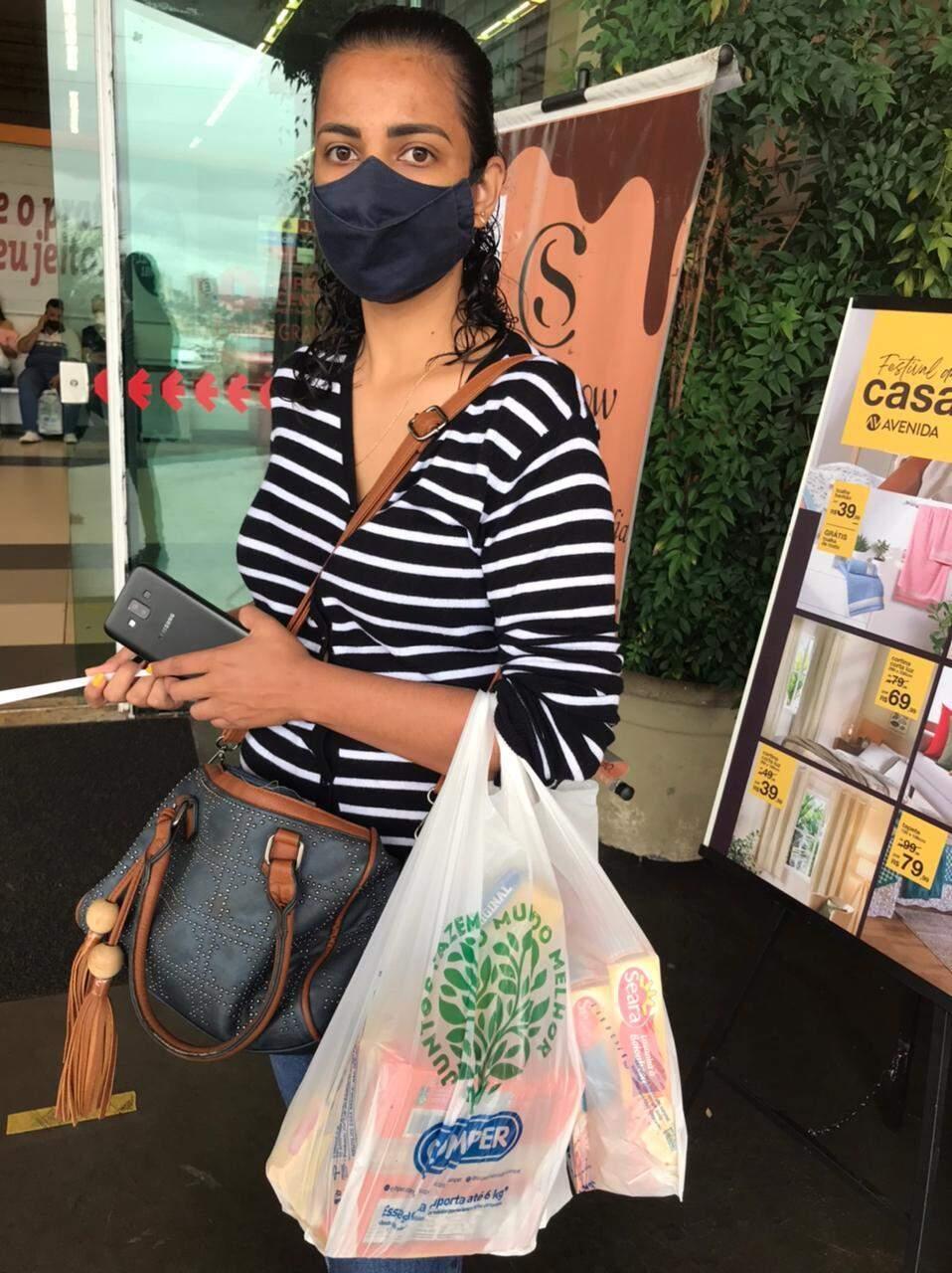 Isabella gastou R$ 38,00 em lasanha, bolachas e leite. (Foto: Bruna Marques)