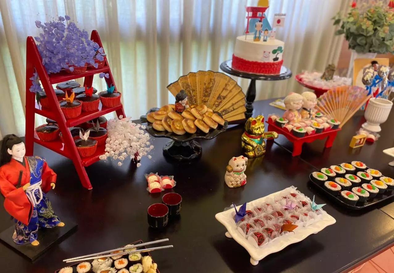 Teve os tradicionais gatos da sorte além de esculturas de geishas (Foto: Arquivo Pessoal)