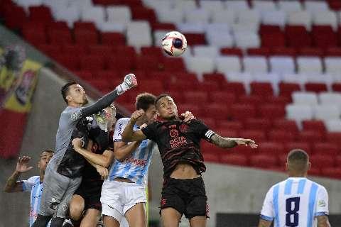 Com 2 gols de Rodrigo Muniz, Flamengo supera Macaé e segue 100% no Carioca