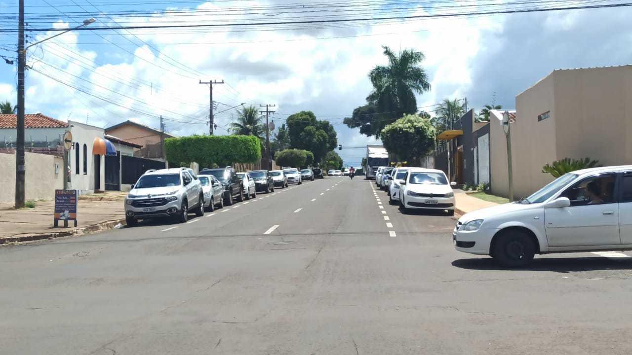 Veículos estacionados nas mediações de igreja, na Vila Bandeirantes (Foto: Direto das Ruas)