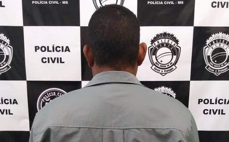 Revanil de Campo Leite de costas na delegacia. (Foto: Polícia Civil)