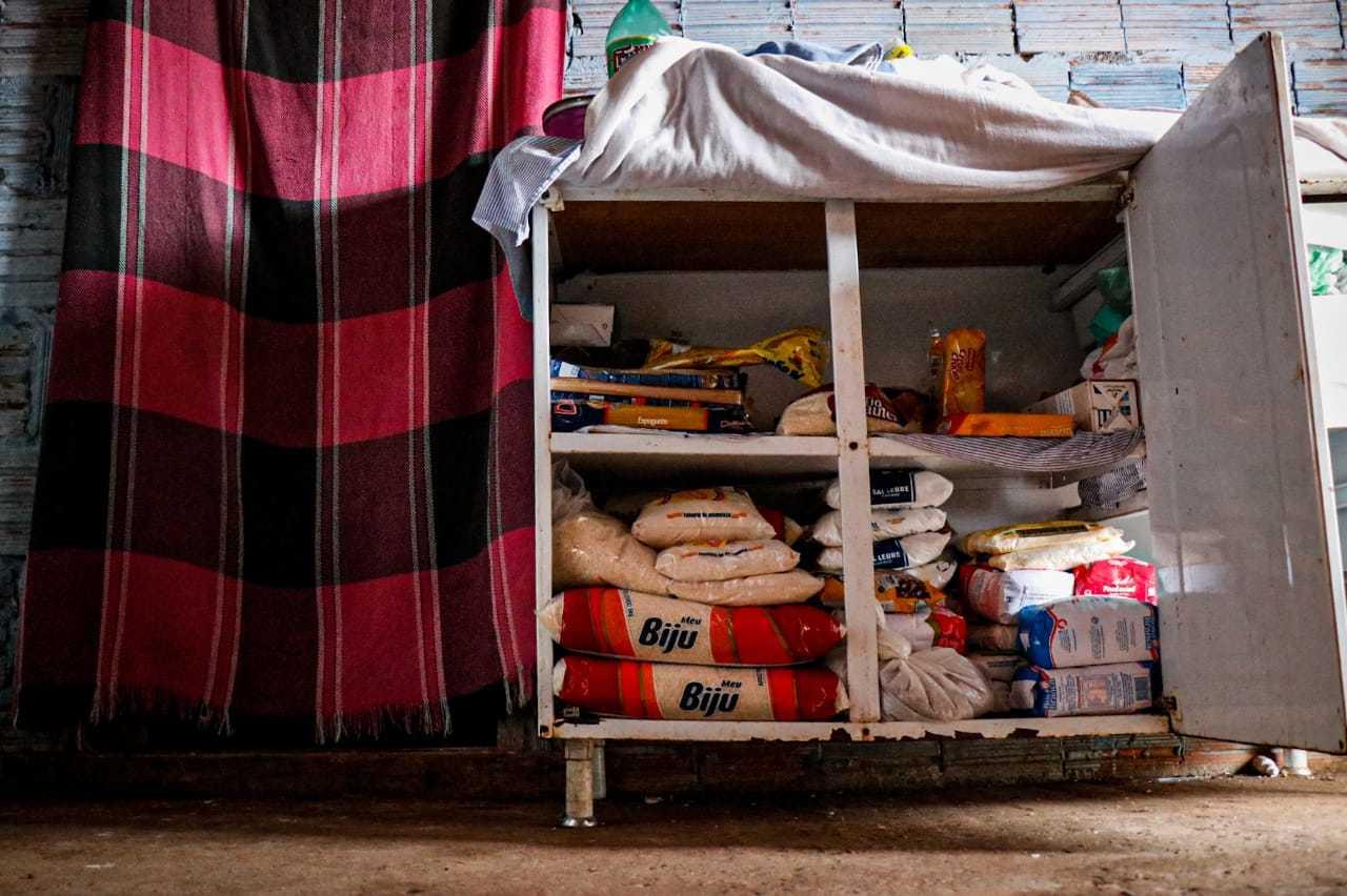Em agosto do ano passado, família mostrou ao Campo Grande News o estoque de alimentos comprado com valor do Auxílio. (Foto: Henrique Kawaminami)