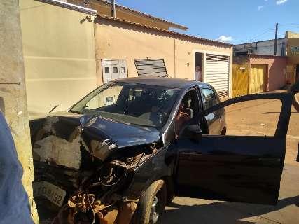 Motorista perde controle de carro, bate em lixeira e só para colidindo com poste