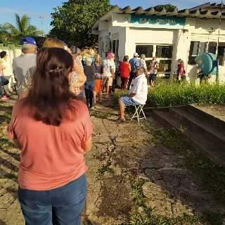 Neta reclama de aglomeração durante vacinação de idosos em Rio Verde